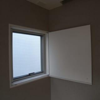 光を押さえる建具/主寝室の小窓には光を遮る建具が備え付けられた