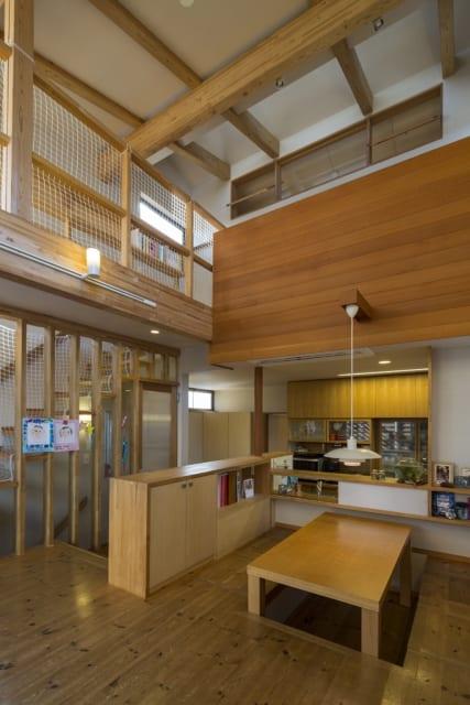 2階ダイニング~3階通路兼多目的スペース/2階にいると、3階の通路兼多目的スペースが視界に入る。2階と3階はひとつの大空間としての一体感があり、お子さんが3階で遊んでいても気軽に声をかけ合える