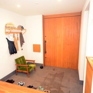 玄関には座って靴が履けるよう設置している、ソファーからも施主さんのセンスの良さを伺える