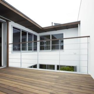 2階のテラス。普段は物干し場として活用している。キッチンの横に位置しており、家事動線も良い