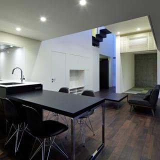 【写真】「ピザが丸々1枚、切らずに入る大きさのオーブン」、「炊事中にパソコンが使えるLAN」など、奥さまのこだわりを詰め込んだキッチン。写真の中央部分にある、階段状の「橋」もここからきっちり見える