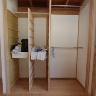 主寝室クロゼット/引き出したり取り出したりして使えるバスケットつきの棚を配したクロゼット。家を建てる以前から使っていたというバスケットを有効利用している
