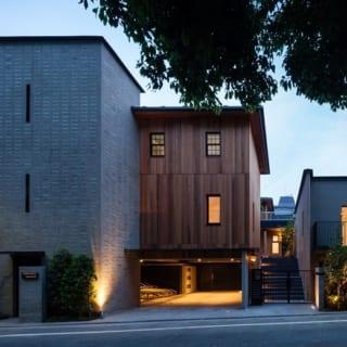 外観 東側全景 夜/温かみのある明かりが灯る、夜の「W-HOUSE 2」。閑静な住宅街に馴染みつつも目を引く洗練された外観は、入居者にとっても誇らしいに違いない