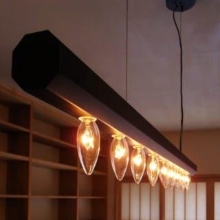 ご夫妻たっての希望により、ろうそく球を使うことを前提にデザインした照明。和風ながらも現代的なセンスを感じさせ、部屋のアクセントになっている