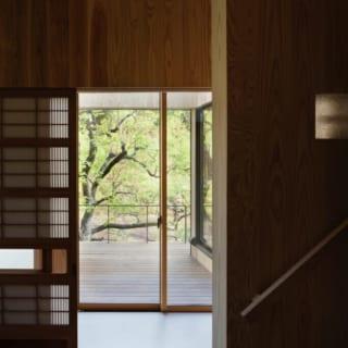 脱衣室の引戸に取りつけた「千本格子戸」。築40年以上のご実家で使用されているものを新居に引き継いだ。