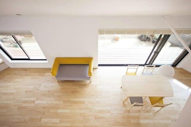 1階 小上がり・リビングダイニング~2階から/同じ場所から違う方向を見下ろしただけで、家の表情がガラッと変わる。開放的なリビングダイニングに対し、小上がりスペースは屋根に遮られて、奥行きとともにワクワク感を演出している