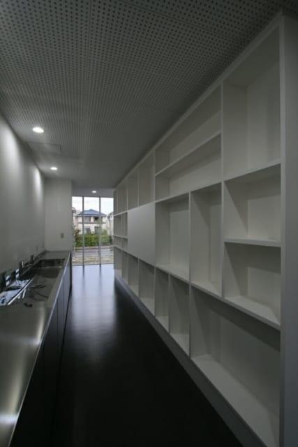 給湯~食堂/食堂の棚の裏側にあたる。写真奥と手前が食堂へと抜け、窮屈さのない造りになっている