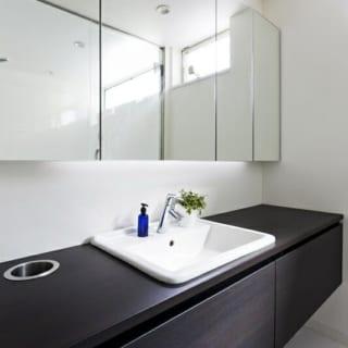 バスルームの造作はプロダクトデザイナーであるご主人自らの設計。ダストホールも備えて、まるでホテルのような作り