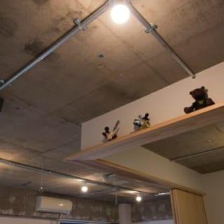 天井/あえて「見せる配管」でお洒落な雰囲気を演出