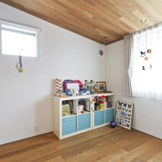 中2階プレイルーム/「おもちゃいっぱいあるよ!」とお子さんたちが案内してくれたこの部屋は、仲良し兄弟のプレイルームとして使われている