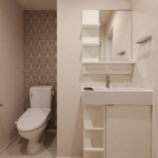 ホテルライクな洗面とトイレ。