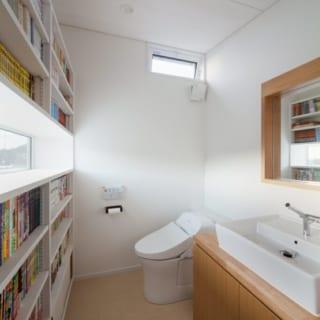 2階のレストルームにも多数の書籍が並ぶ。 スリット状に設けられた窓から丹沢の山並みが見渡せる。