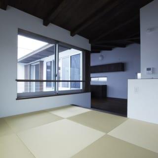 小上がりになった2階の和室。手前のリビングから少し奥まった空間はお子さんたちのお気に入りの場所だ