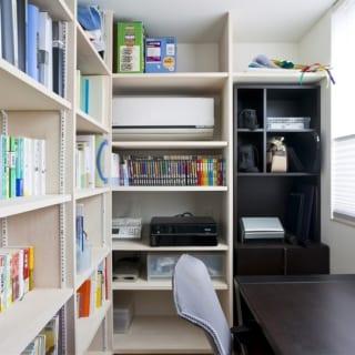 3階にあるご主人の書斎。備え付けの本棚には家族みんなの本が並ぶ