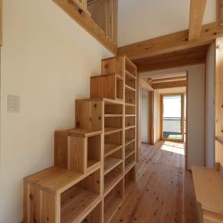 2階 ロフトへの階段/1階から2階への階段をのぼりきった通路には、ロフトへの箱階段がある。本棚としても使えるが、実は、愛猫の遊び場というのが主目的