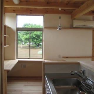 キッチンスペースから望む書斎コーナー。窓の向こうに見える敷地には将来隣家が建つ可能性があるため、プライバシー確保として、あえて小ぢんまりとした窓にした。