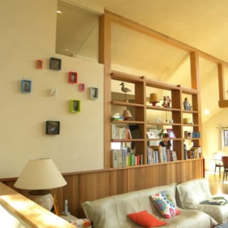 構造柱2本を利用して造作したリビングの飾り棚。キッチンをさりげなく隠ししつつ、隙間から家族の気配を感じさせるつくりに。