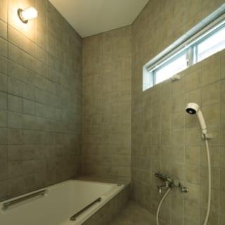 バスルーム/旦那さまが空調関係の会社にお勤めとのことで、バスルームを含め全館空調を導入した。「家じゅうどこにいても24時間快適に過ごせます。電気代も思っていたほど高額ではなかったので、とり入れて大正解でした」と奥さま
