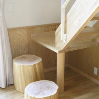 2階からロフトへの階段/プレールーム内にあるロフトへの階段。のぼり始めはステップ代わりに丸太を用いた。階段を横に流して低いステップを足すより場所をとらない上、座って本を読むなど暮らしの中でちょっとした楽しみが生まれる