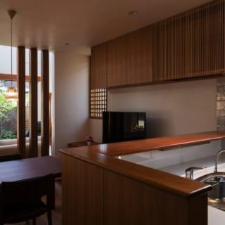 1階キッチン/カウンター下部には、ちょっとした洗い物や食器用洗剤などが置けるスペースが。ダイニングからこまごました物が見えないよう工夫されている
