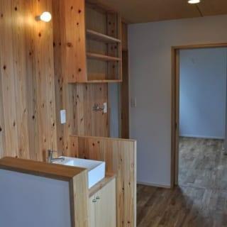 2階 洗面台/廊下にある洗面台のエリアには杉材を使用。床の無垢材と異なる素材は場所の区分けにもなる。経年とともに味わいが出てくるのも楽しみのひとつ