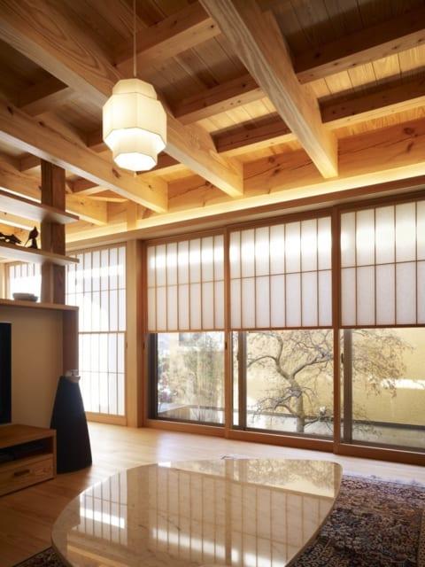 リビングは、お気に入りのイタリア製のテーブルとソファに合わせて設計した。天井に交差する梁が特徴的だ