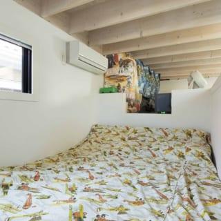 二層部分の上層に設けられた寝室と、その奥のロフト収納。