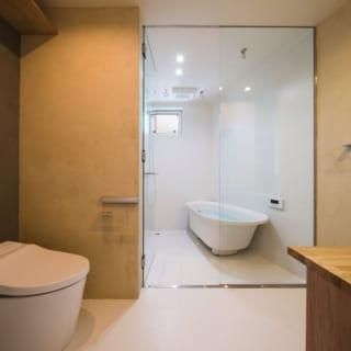 2階 トイレ、バスルーム/リビングの奥にある水まわりは、ゆったりとした造り。さらに、バスルームへの扉がガラス張りのため閉塞感はみじんもない。床は船舶などにも使われるFRP。強度があって耐水性にすぐれ、とても掃除しやすいそう