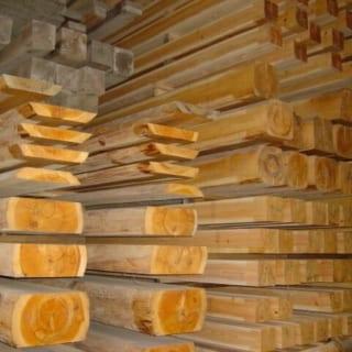 天然乾燥材/天然乾燥でゆっくり時間をかけて乾かすことで、色や艶、香りといった木の良さを最大限引き出して使用する