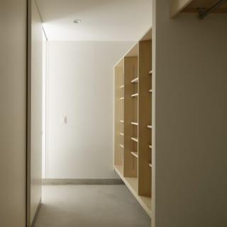 繁田諭   【写真14】B棟 1階 リビングダイニングキッチン/写真奥のシューズインクローゼットはすべての棟に配置。手前の玄関脇クローゼットはB棟のみで、コートなどを掛けておくのに重宝する