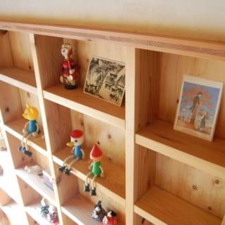 構造的に壁をくり抜ける部分には積極的に飾り棚を設置。ちょっとした小物を飾れて使い勝手がよい。
