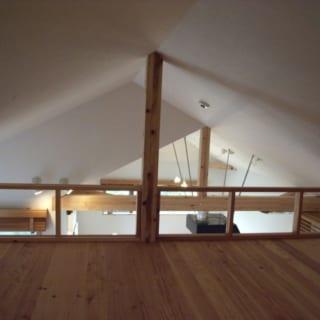 リビング上部のロフト。季節ものをしまう収納スペースとして十分な広さだ。