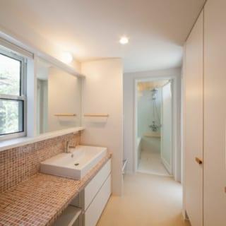 1階の南側に設けた洗面室と浴室。ここでも中庭を眺めながら手を洗ったり入浴したりできる。