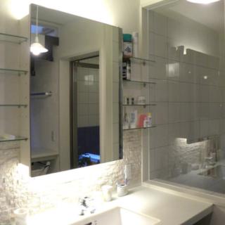 1階の洗面室と隣接する浴室は清潔感のある白で統一。浴室にはモザイクタイルを採用している。