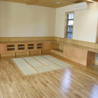 """1階 LDK システム畳/「リビングでは畳でくつろいだり、炬燵を使ったり、いろいろな過ごし方をしたい」という要望に応えるべく勝田さんが考案した""""システム畳""""。畳を外して重ねればベンチになり、完全に外せば炬燵を置くのにぴったりのスペースに"""