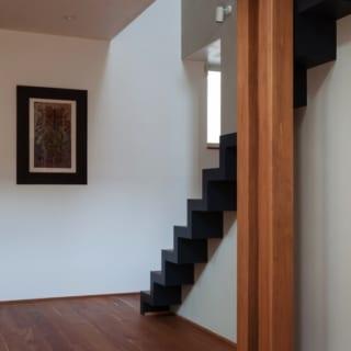 階段/階段部分右側には、あえて手すりや壁をつけなかった。「壁側のみに手すりをつけ、明るさと開放感を優先しました。結果的には上り下りしやすくなったと思います」と松本さん
