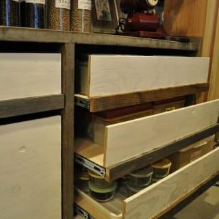 1階 棚/店舗の棚も金子さんのデザインで大工さんの手づくり。枠の足場板がラフな雰囲気を演出