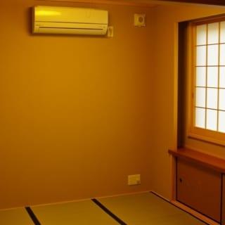 2階 和室/LDKに隣接した和室は、落語が好きなKさんのお気に入り。マスが小さめの障子が洗練された印象。間接照明を巧みに取り入れ、ホッとくつろげる空間に仕上げている