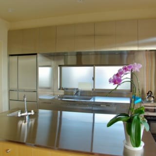 キッチンには大きなアイランドを設置。大人数が集まるパーティなどの際にも使い勝手が良い