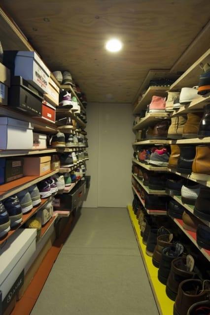 ロフト下部のシューズクローゼット。300足を超えるシューズコレクションを整然とディスプレイできる収納に。