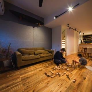 家族全員が集まりリラックスできる空間となっている2階のリビング