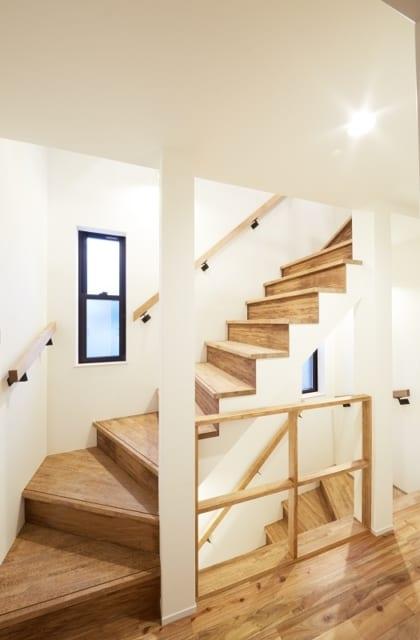 2階~3階への階段/階段に面したフロアの柵は木枠のみ。軽やかで圧迫感がなく、空間の広がりを感じられる