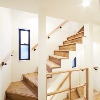 階~3階への階段/階段に面したフロアの柵は木枠のみ。軽やかで圧迫感がなく、空間の広がりを感じられる