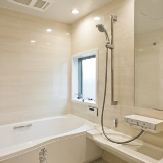 1階のバスルーム。窓の外は壁と植栽が道路からの視線を遮っているため、窓を開けて露天風呂気分を味わうこともできる