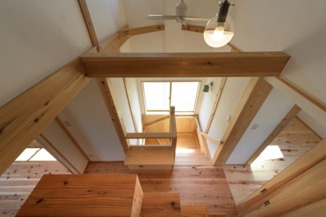 階段/ロフトから階段を見たところ。踊り場には南向きの窓があり、明るい光と心地よい風を通す。上下階の空気循環を促すため、シーリングファンも設置