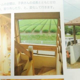 階段に設けた窓からは、のどかに広がる茶畑を一望できる。