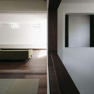 2階 和室からリビングを見る/和室はリビングより少し床が高く、畳に座ったときの目線の高さとテレビの高さ(写真はテレビを置く前)がちょうど合うように計算されている。和室をリビングの一部として使えるように、という松岡さんの配慮だ