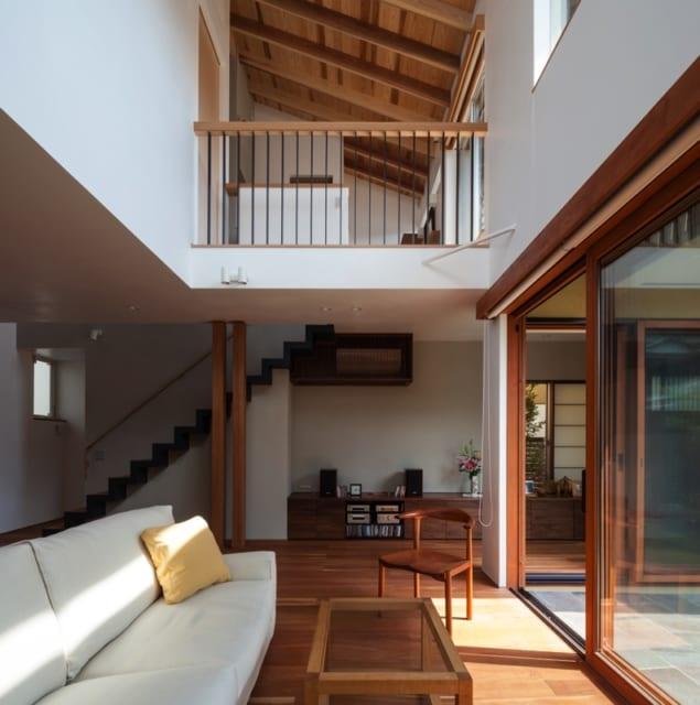 1階リビング/2階廊下部分は柵のみなので1階を見下ろすことができ、一体感と広がりのある空間を演出。家中の空気が循環するような開放感のある造りであることに加え、家のどこにいても家族の存在を感じられる構造だ