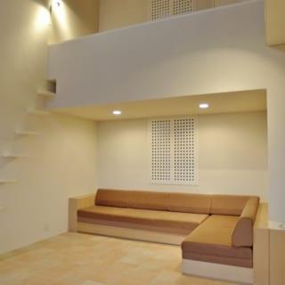 吹き抜け正面のソファコーナーは、天井はあえて低く抑え、特徴のあるコーナーとしてリビングに変化をつけている
