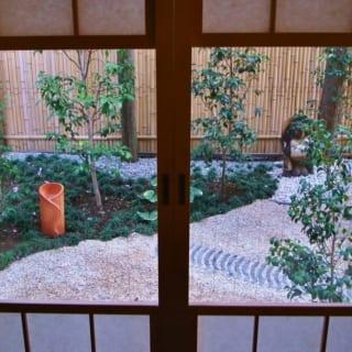 椿を主役にした見事な庭。さまざまな種類の椿が植えられていて、時期をずらして次々と花をつける